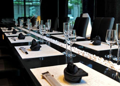 016VIPルーム黒御影のテーブル