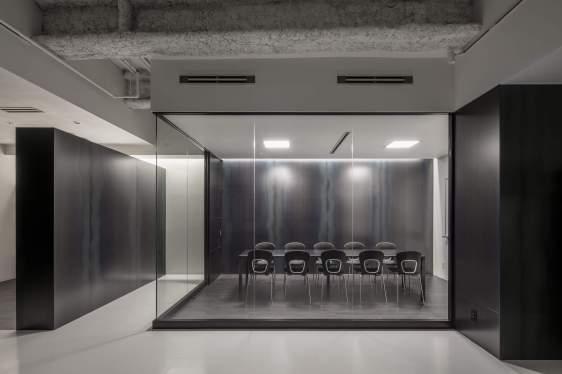 黒革鉄壁面の会議室