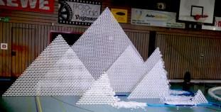 RID-Rekord-groesste-2-D-Domino-Pyramide1-web