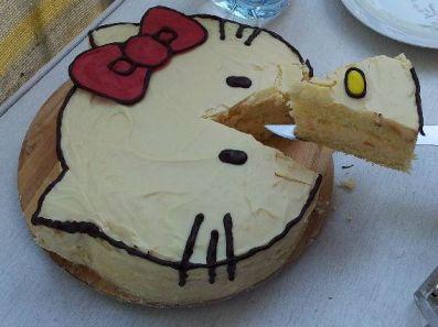 Hello Kitty Torte angeschnitten