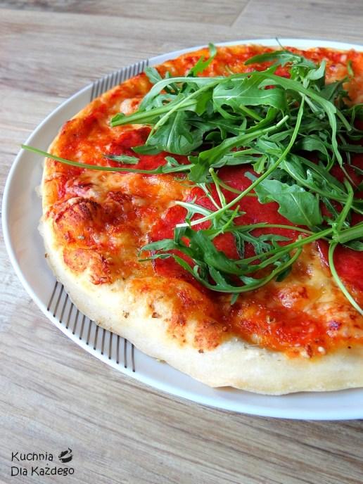Pizza z serem, salami i rukolą