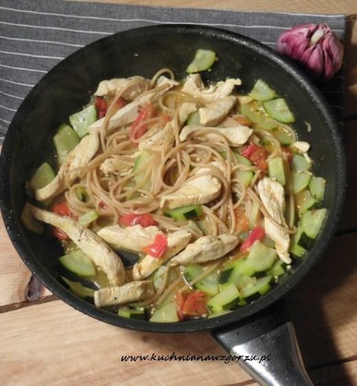Makaron razowy z warzywami i kurczakiem.