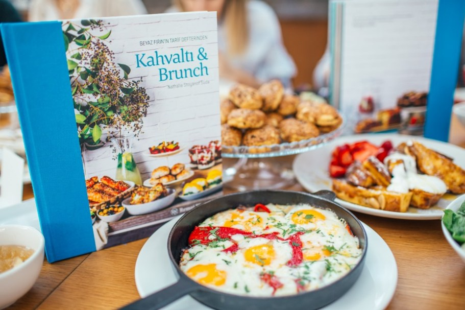 suadiye - beyaz fırın - küçük martha - mekan önerileri - kahvaltı - brunch- masa- kitap