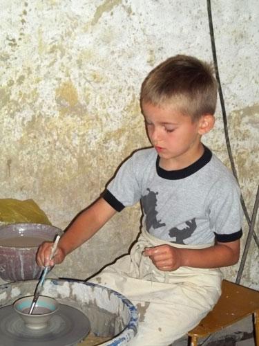 Nauka lepienia z gliny naczyń na Szlaku Ginących Zawodów w Kudowie Zdroju