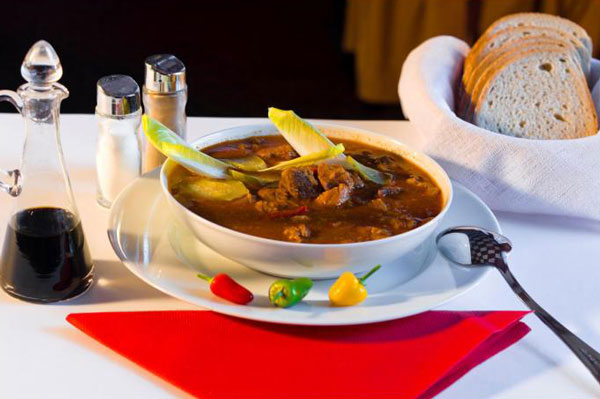 Dania w Restauracji Kosmiczne zupa gulaszowa