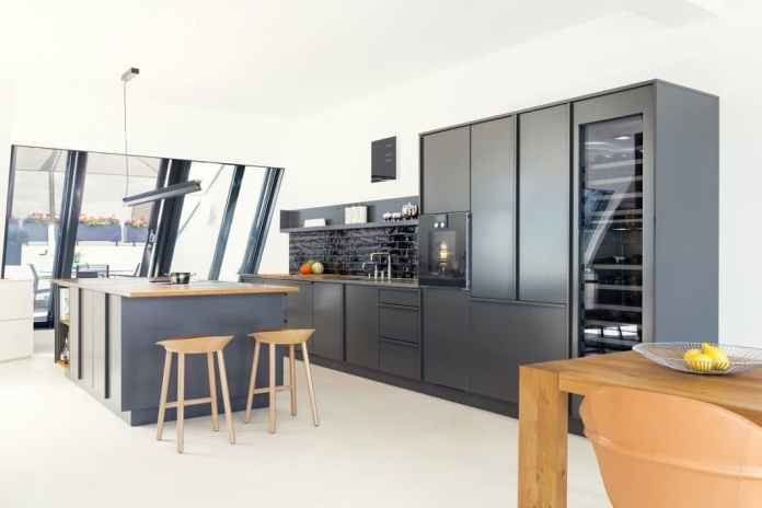 """Of course, Popstahl kitchens also exist in muted conventional colors.  This dark anthracite kitchen is called, after all """"Black pepper"""" designated.  (Photo: Lars Pillmann)"""