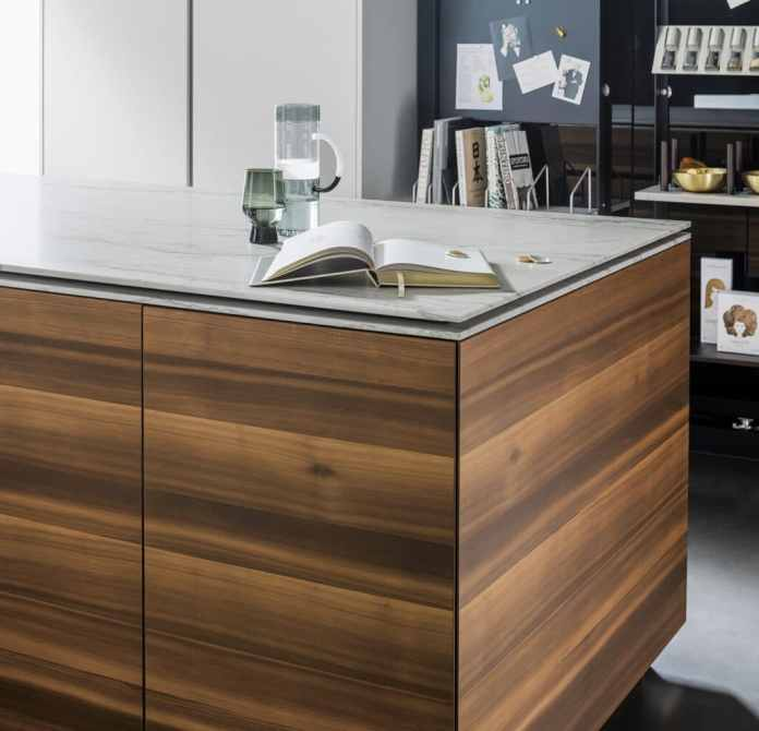 "Fascinating: the veneer course of an entire tree here around the kitchen island of the eggersmann was perfectly coherent ""Smoked Larch"" placed.  The principle is called ""book-matched"".  (Photo: eggersmann)"