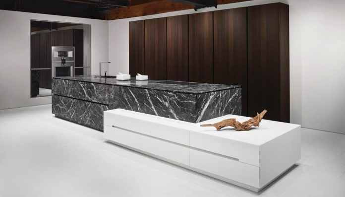 The kitchens of the eggersmann manufactory are characterized by extraordinary woods and natural stones as well as profiled processing.  (Photo: eggersmann; Stein: Grigio Carnico)
