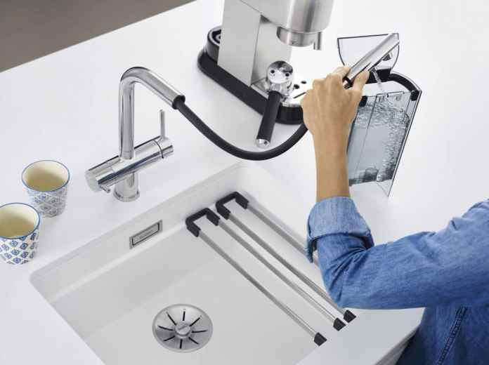 Other well-known fittings manufacturers have also already dealt with filter systems - for example BLANCO with the Fontas-S II filter and pull-out hose shower.  The problem: a large container under the sink takes up valuable storage space in the kitchen.  (Photo: BLANCO)