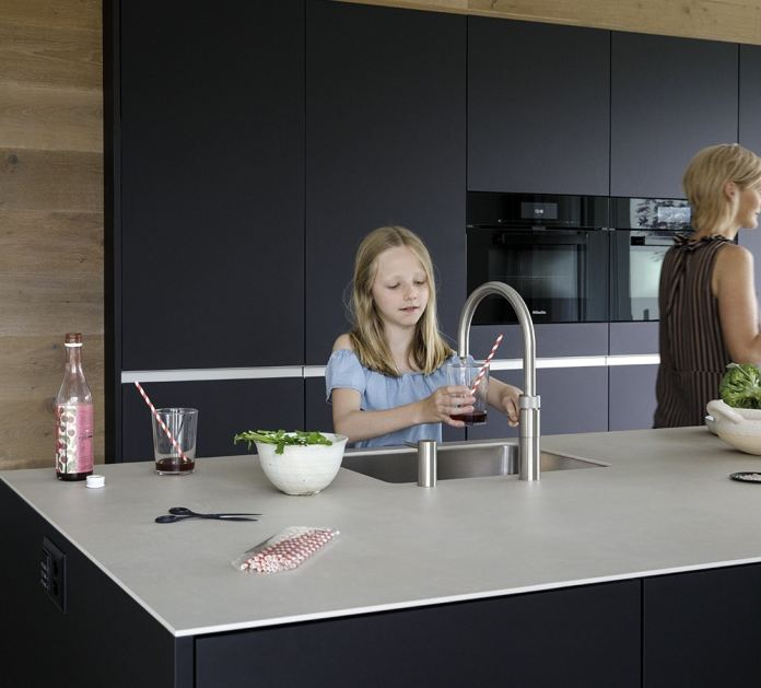 ... and immediately afterwards chilled, filtered sparkling or still water.  Because the hot water tank is already empty, there is no danger when using the Quooker CUBE.  (Photo: Quooker)