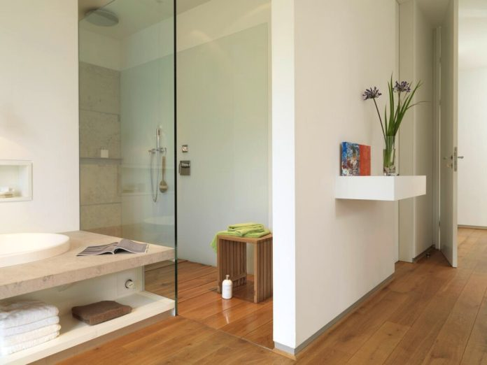 The walk-in shower was equipped with water-repellent wooden planks - which was very surprising for laypeople - and thus ties in with the warm parquet floor of the rest of the bathroom.  (Photo: Hammermeister Raumobjekt)