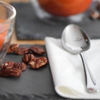 Kalte Paprikasuppe mit Marillen und Pecannüssen