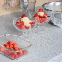 Paleo-Vanilleeis mit Erdbeeren
