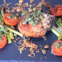 Kotelett mit Kapernsauce und Gemüse der Saison