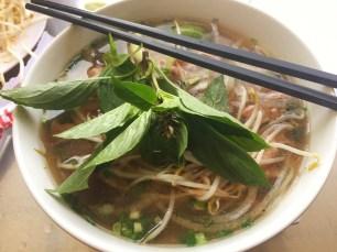 Thai-Basilikum, Sprossen und Chili werden nach belieben zugefügt.