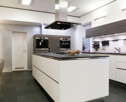 Möbel Häcker Systemat Küche, grifflos mit Fronten in Mattlack weiß/pinie dunkel