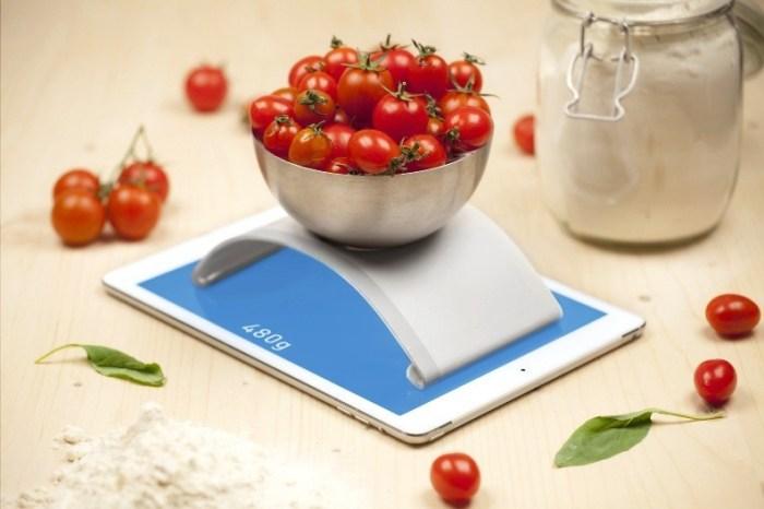Электронные весы с чашей и интересным дизайном, помидоры