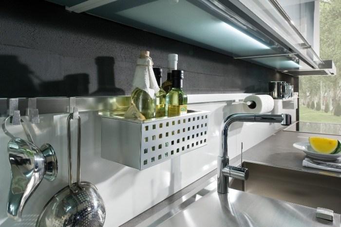 Элементы рейлинговой системы на кухне