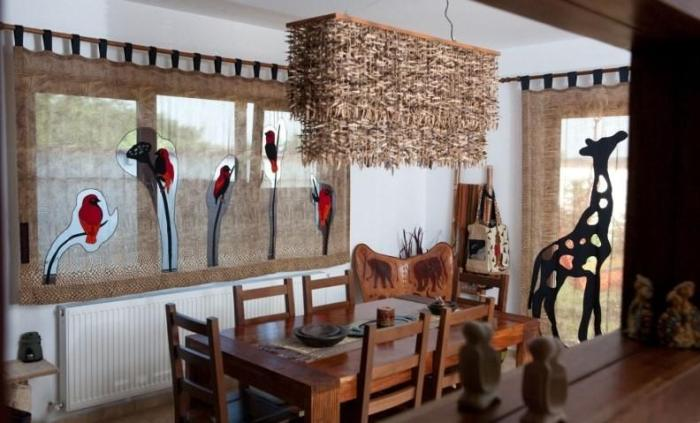 Обеденный стол на кухне в африканском стиле