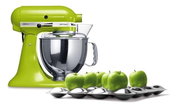 Кухонный миксер и яблоки