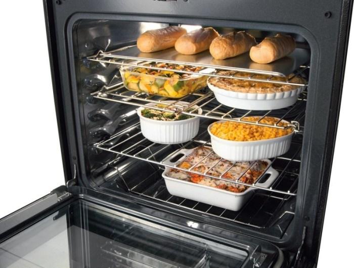 Блюда в объемном духовом шкафу на разных уровнях