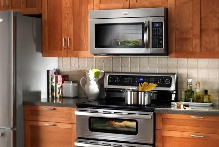 Вариант размещения микроволновки на кухне