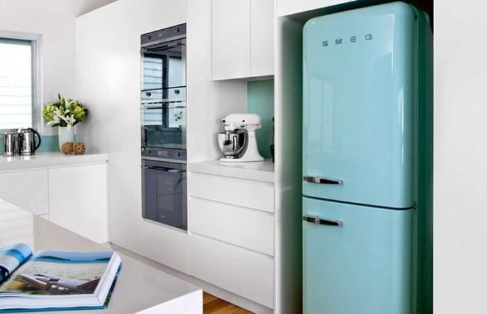 Голубой холодильник на кухне