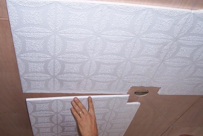 Приклеивание потолочной плитки начинается от центра потолка
