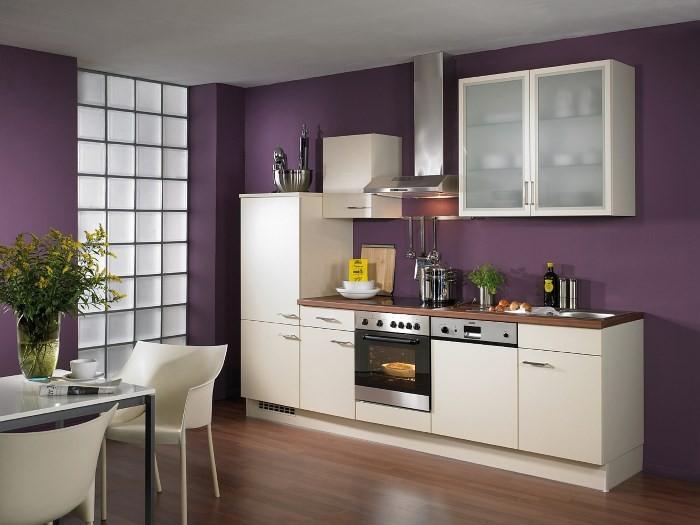 Баклажановые стены в интерьере кухни
