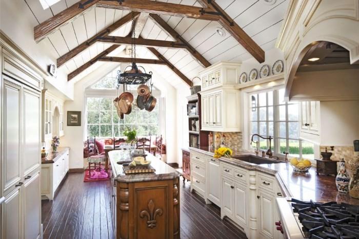 Мебель и отделка пола на кухне в стиле кантри