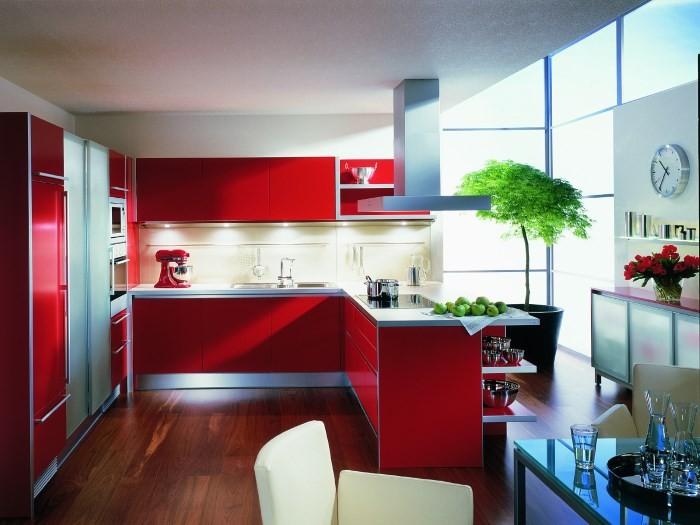 Красивая яркая кухня