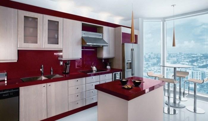Кухня с фартуком и столешницей красного цвета
