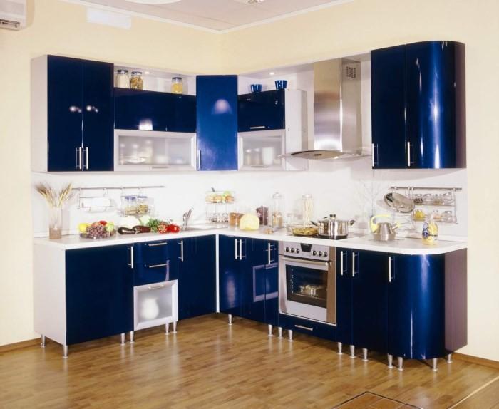 Синий глянцевый угловой гарнитур на кухне
