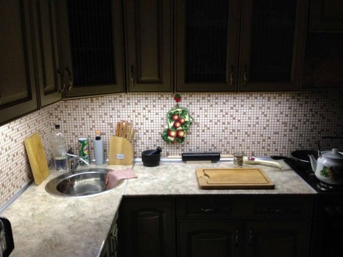 Рабочий стол на кухне с подсветкой