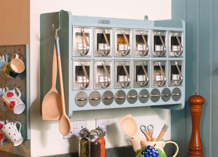 Вариант размещения специй и сыпучих продуктов на маленькой кухне