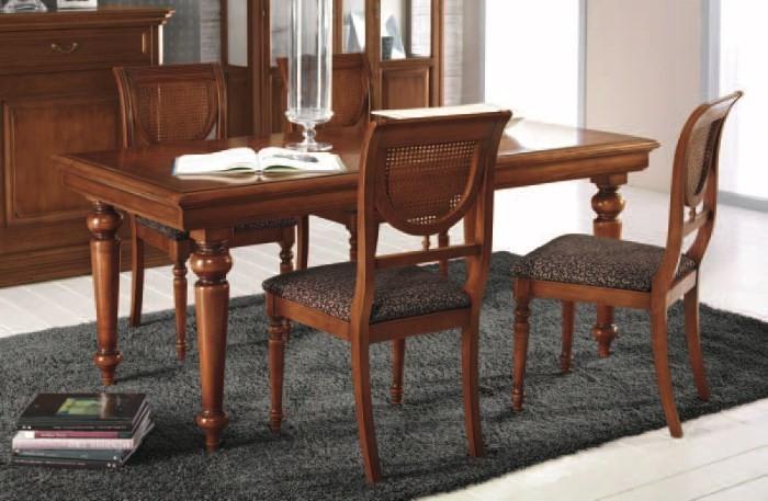 Обеденные стол и стулья