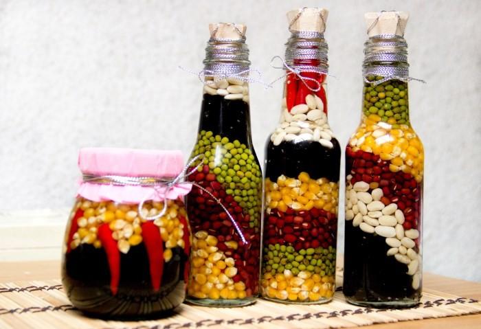 Декоративные бутылки с кукурузой, фасолью и горошком
