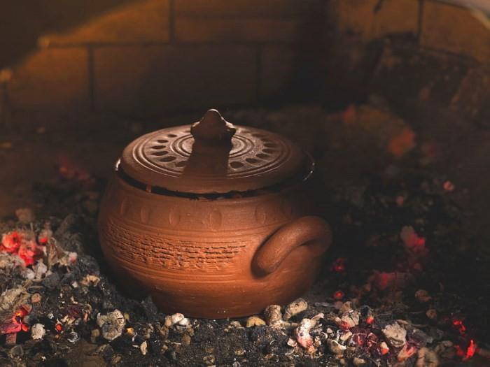Глиняный горшок в печи