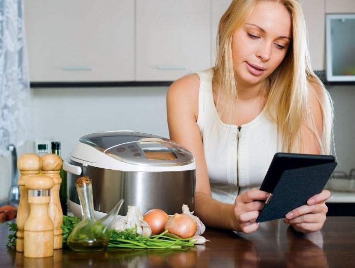 Хозяйка выбирает рецепты для мультиварки