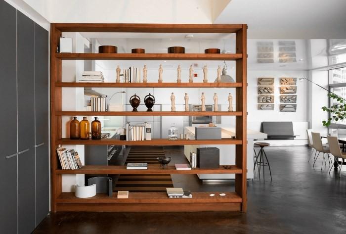Разделение кухни и гостиной стеллажами