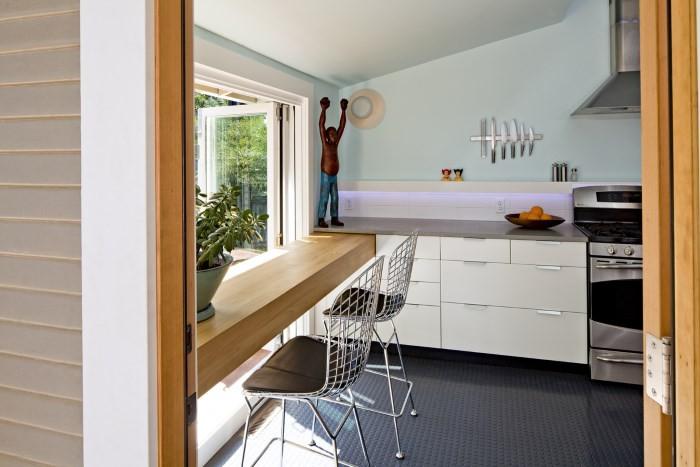 Обеденный стол у окна