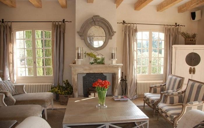 Гостиная в стиле прованс с камином