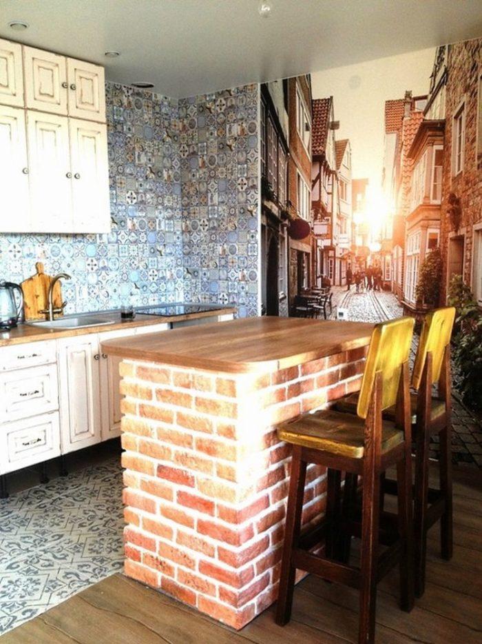 маленькая кирпичная барная стойка с деревянной столешницей