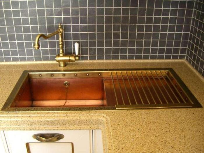 Сварная медная мойка на кухне