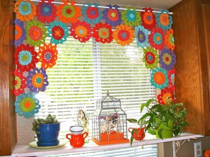 Яркие вязаные шторы