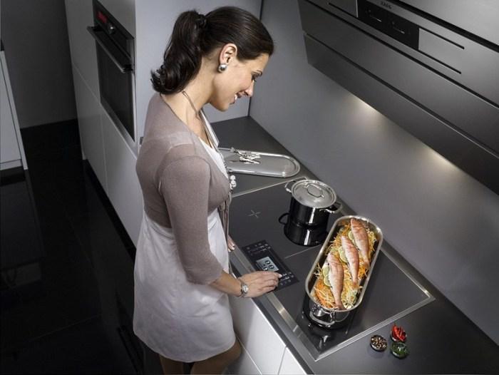 девушка изучает функции стеклокерамической плиты