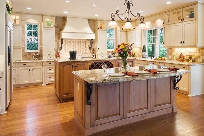 Точечные светильники и люстра на кухне