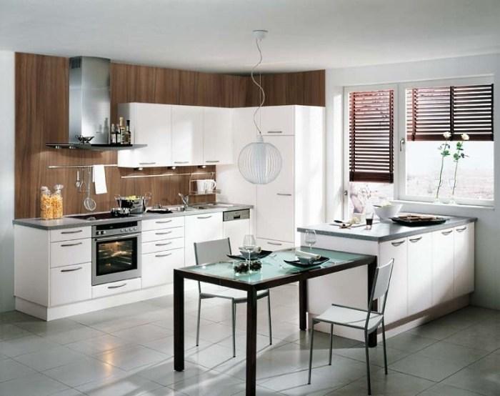 небольшой стеклянный стол на кухне