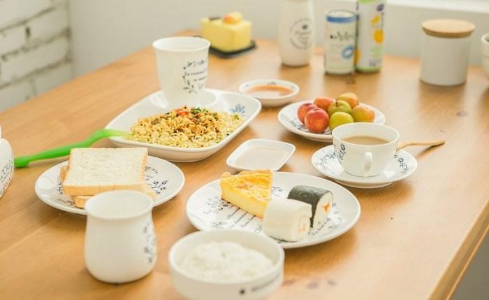 еда в керамической посуде на столе