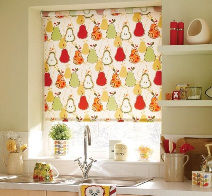 Короткие рулонные шторы для кухни